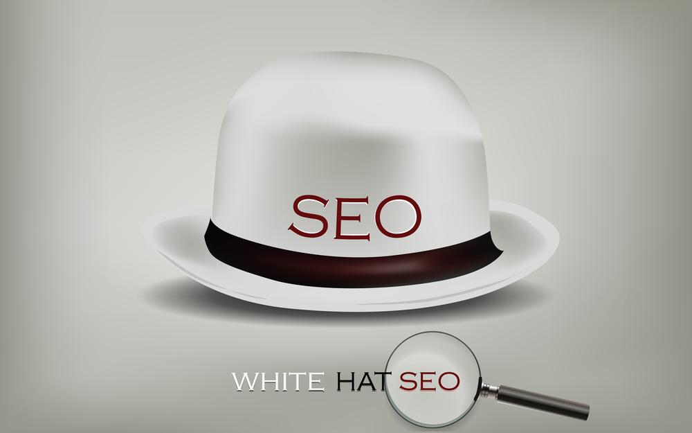 Weißer Hut mit SEO-Schriftzug